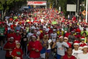 """CAR11. CARACAS (VENEZUELA), 13/12/2015.- Competidores participan en la carrera de navidad """"Santa Run"""" hoy, domingo 13 de diciembre de 2015, en Caracas (Venezuela). La carrera se caracteriza porque los competidores van ataviados con prendas alusivas a los adornos navideños. EFE/Miguel Gutiérrez"""