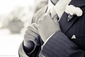 O primeiro a entrar é o noivo com os seus pais, ou apenas com sua mãe e o mesmo permanecerá no altar ao lado do pastor.