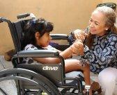 DIF Tepic lleva sillas de ruedas a personas con discapacidad
