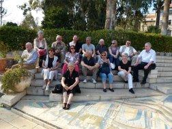 Unsere Reisegruppe vor der Kirche der Seeligpreisung am See Genezareth.
