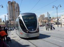 Eine moderne Niederflurbahn verbindet den Norden der Stadt Jerusalem über Ostjerusalem mit den südlichen Stadtteilen.