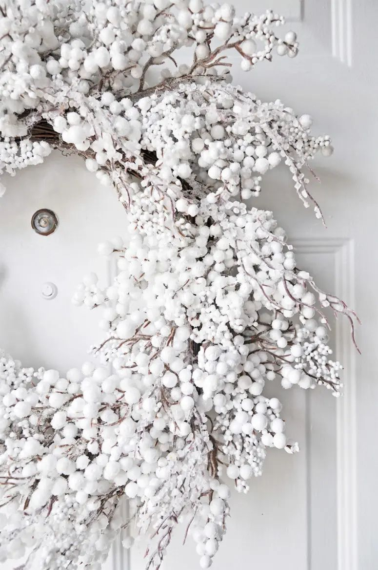 51 exquisite totally white vintage christmas ideas digsdigs - 51 Exquisite Totally White Vintage Christmas Ideas Digsdigs White Wreath Looks Amazing On A White Download