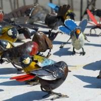 Gli uccelli, gli animali e i fiori in ferro riciclato di Ennio Donà