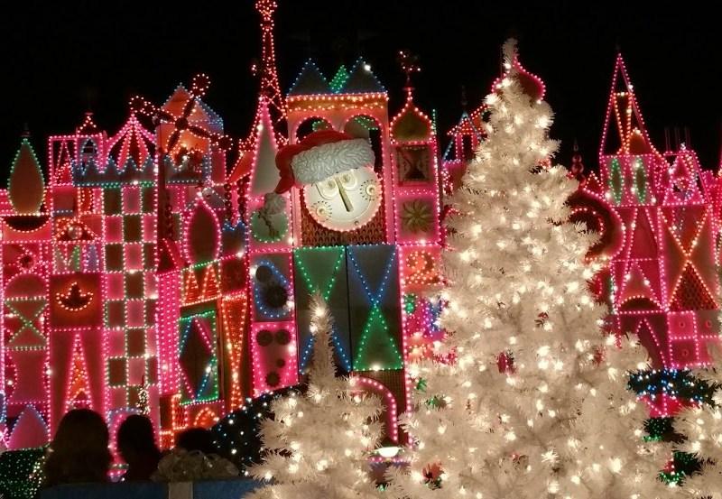 fachada con árboles de navidad de it's a small world holiday
