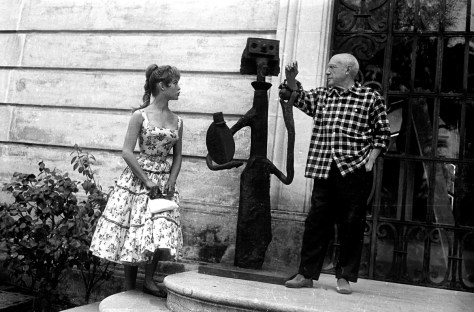 """Brigitte Bardot et Pablo Picasso sur le perron de la villa """"Californie"""" (qu'il a achetee en 1955 et ou il a installe son atelier) a Cannes pendant le festival de Cannes en 1956 Neg:CX24335 --- Brigitte Bardot and Pablo Picasso at villa """"Californie"""" in Cannes during Cannes festival 1956"""
