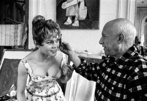 """Brigitte Bardot et Pablo Picasso dans l'atelier de la villa """"Californie"""" a Cannes pendant le festival de Cannes --- Brigitte Bardot and Pablo Picasso during Cannes festival 1956 in villa """"Californie"""" in Cannes"""