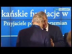 """Zobacz jak George Soros odbiera krzyż """"odrodzenia polski"""" z rąk Komorowskiego"""