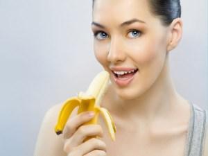 Wanita Cantik Makan Buah Pisang
