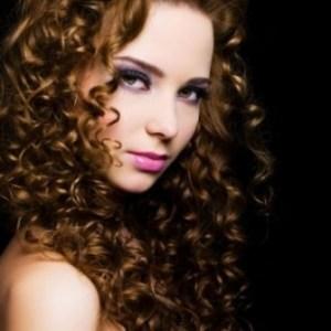 wanita cantik rambut keriting
