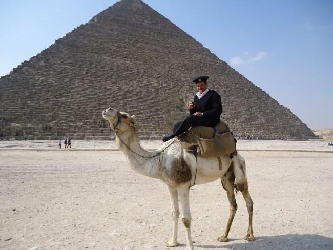 Policía frente a pirámide