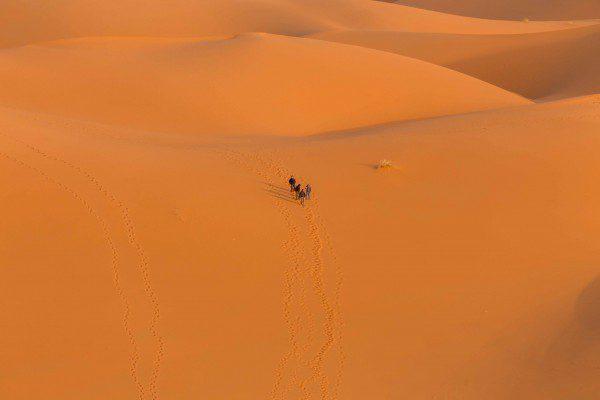 As pessoas subindo na grande duna