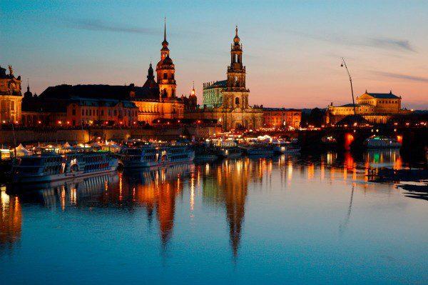 Dresden :  Elbpanorama mit Sekundogenitur, Ständehaus, Schloß, Hofkirche und Semperoper  ©  20004  Jochen Keute,  Frankfurt am Main  *  DD-12112.tif