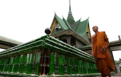 templo budista con botellas de Vidrio