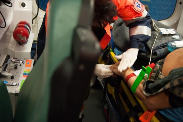 Asist. Jianu îi pune perfuzie pacientului - - Fotoreportaj: 15 ore pe ambulanță