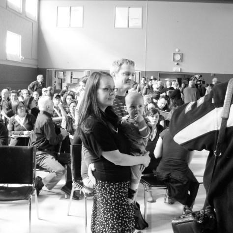 Véronique Lalande, son conjoint et leur fils, à l'assemblée citoyenne contre le nickel à Limoilou le 29 avril . 2013. Pjhoto: Pierre Mouterde.