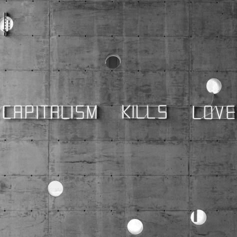 Une oeuvre en néon du collectif Claire Fontaine à l'Espace 400e dans le cadre de la Manif d'art. Photo: Renaud Philippe