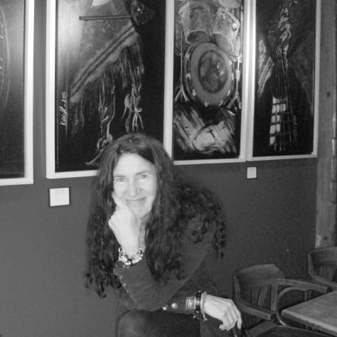 La peintre devant quelques oeuvres. Photo: Nathalie Côté