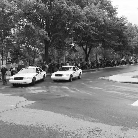 Manifestation forcée par la police de marcher sur le trottoir, le 21 septembre. Photo: courtoisie