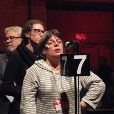 Le 12 février a été l'occasion de monter la solidarité des mouvements sociaux face aux libéraux. Au micro: Renée Dubeau de l'Association de défense des droits sociaux de Québec.