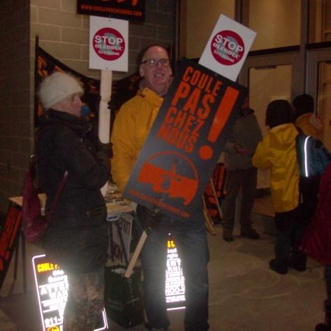 Manifestantes et manifestants contre TransCanada, devant l'hôtel Four points à Lévis, le 12 novembre. Photo: Nathalie Côté