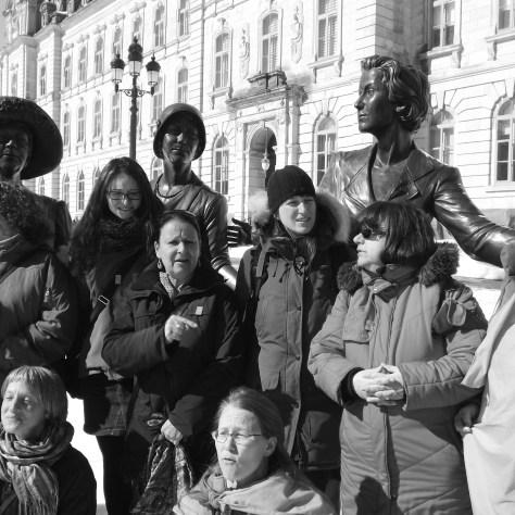 Rassemblement autour du monument en hommage aux femmes en politique. Photo: Cheryl Anne Dagenais