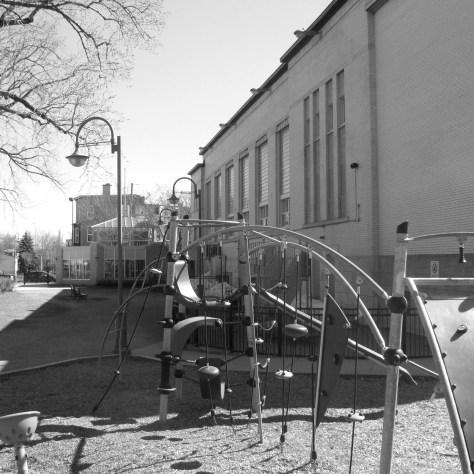 Le projet de logements au parc Durocher aura deux fois la hauteur du centre actuel. Il doublera donc l'ombre projetée sur le parc. Cette photo date du mois de mai. L'hiver, le soleil baisse à l'horizon ce qui double l'ombre projetée. Donc, l'hiver, si le projet se concrétise, le parc sera complètement dans la pénombre jusqu'au début de l'après-midi, soit 4 fois l'ombre visible sur la photo. photo marc boutin