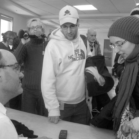 Alain Deneault dédicace son livre après la conférence. photo Nathalie côté