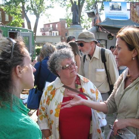 La conseillière Anne Guérette s'adressant à des résidentes de Saint-Sauveur. Photo: Marc Boutin