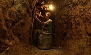 Aktivitas penambangan emas ilegal.