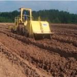 Pembuatan tekstur tanah dan pengambilan sampel uji awal, salah satu tahapan pada proses bioremediasi Chevron.