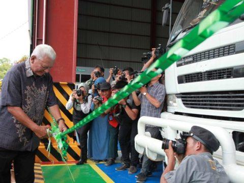Gubernur Kalimantan Timur, Awang Faroek Ishak menggunting pita sebagai tanda peresmian Pusat Pendidikan Tinggi Kejuruan dan Keterampilan Terpadu yang dibangun PT Berau Coal.