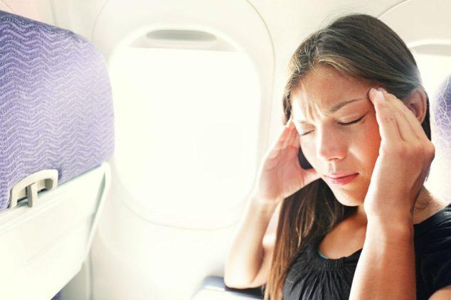 A pressão diferente da cabine pode causar dor nos ouvidos, que também pode influenciar em vertigens e enjoos