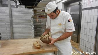 Ο Σταύρος Ευαγγέλου στους χώρους παραγωγής του φούρνου Hinkel