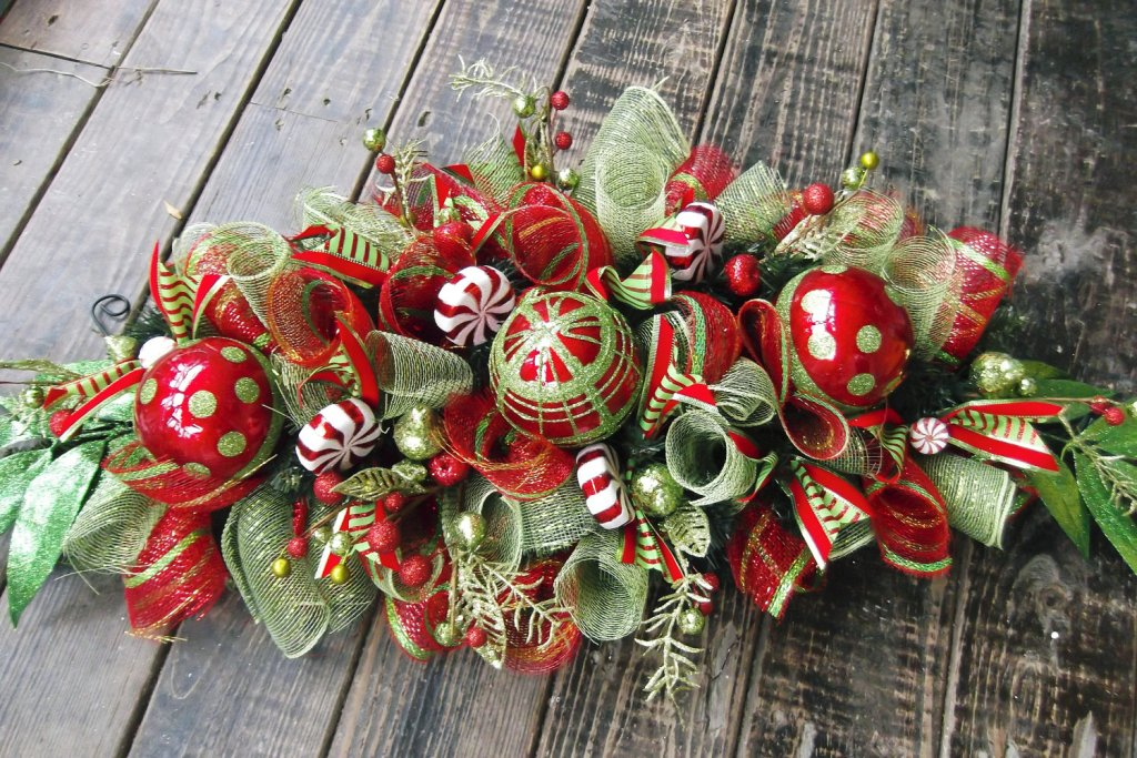 30 Pretty Christmas Table Decoration Ideas - christmas floral decorations
