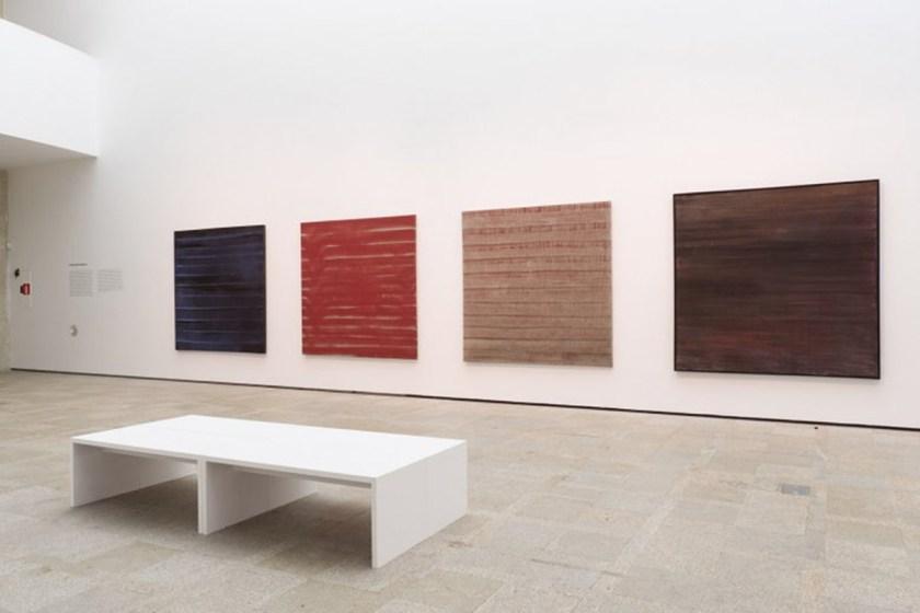 Vista de la sala de exposición, con obras de la serie Estrutura da memoria (2002) Foto: cortesía ©MARCO Vigo/Enrique Touriño