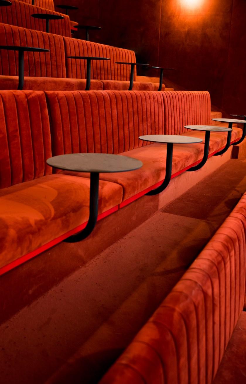 SALA CINE. Comprende 55 butacas y se destina en exclusiva a ciclos cinematográficos propuestos por Sala Equis. La actividad de proyección se distribuirá entre ciclos temáticos y reposiciones, así como en pases de prensa para distribuidoras y eventos vinculados con el universo cinematográfico.