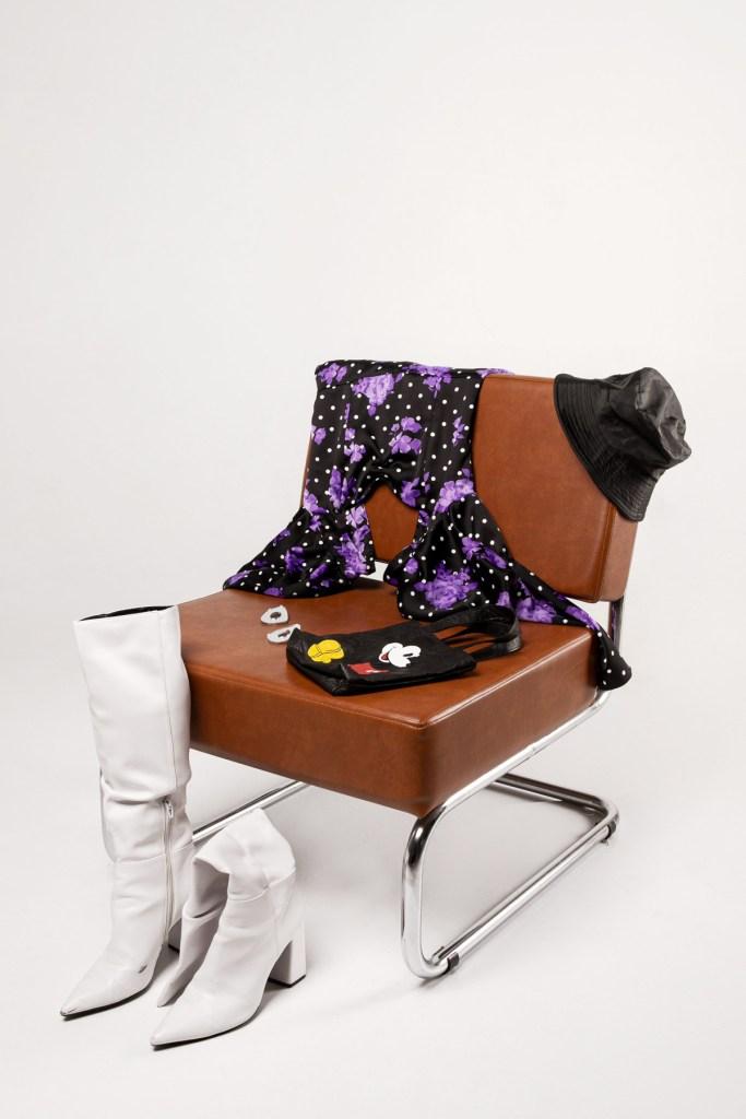 Sombrero: Vintage, Vestido y botas: Bershka (@bershkacollection), Pendientes: ISPILU (@ispiluearrings), Bolso: Zara (@zara)