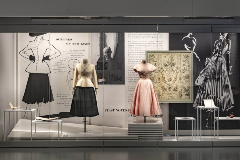 Vista de la exposición «Harper's Bazaar: First in Fashion» en el Museo de Artes Decorativas de Paris.