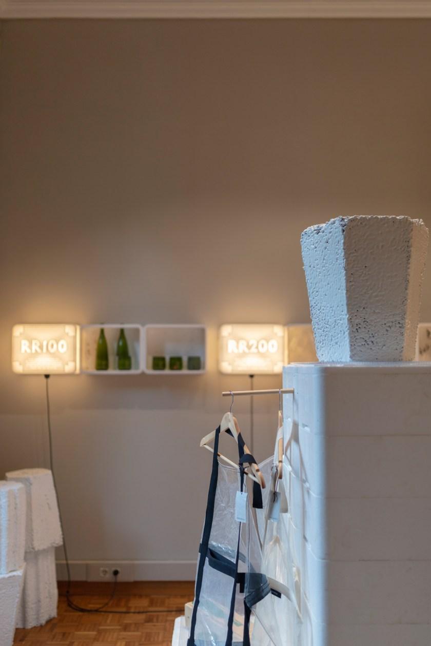"""""""Roca Recicla"""", iniciativa pionera en el sector que pretende reducir a cero los residuos generados mediante el uso del diseño.. Il·lacions Gallery. Foto: Meritxell Arjaleguer"""