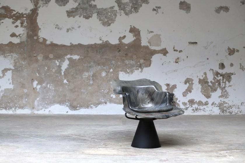 """""""Biografía de una silla"""" una colección de 27 sillas confeccionadas con plástico reciclado. Il·lacions Gallery"""