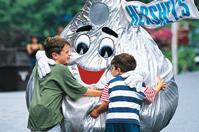 kids at Hershey Park hugging kiss