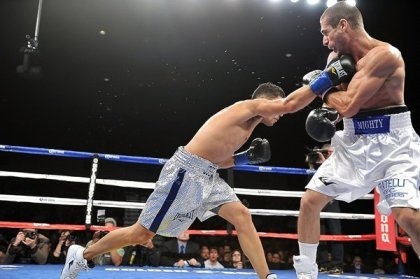 Josesito Lopez beats Mike Arnaoutis by technical decision
