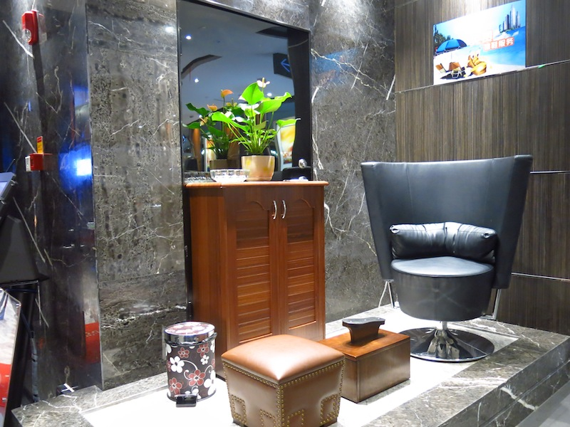 Hai Di Lao shoe-polishing services