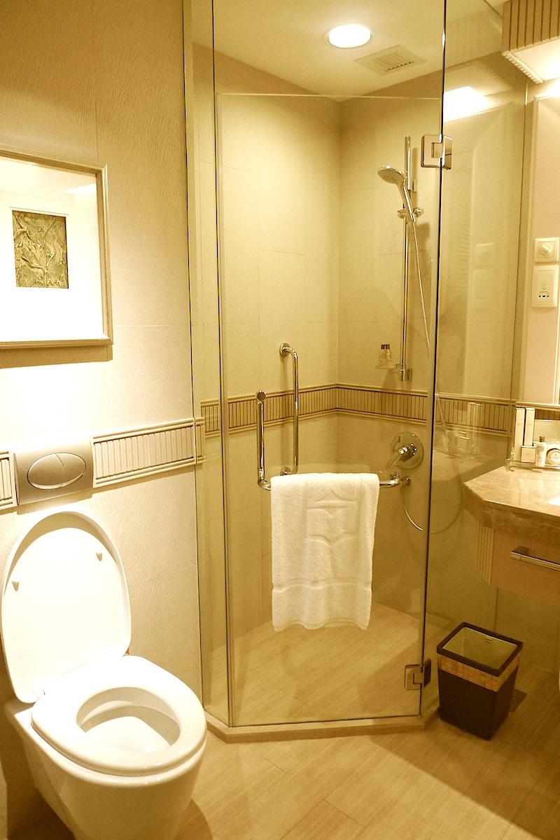 Shangri-La's Rasa Sentosa Resort & Spa, Singapore - Deluxe Pool View Bathroom