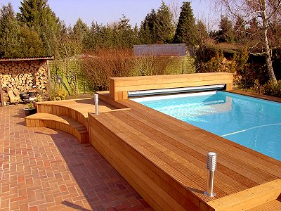 Une petite piscine avec terrasse coulissante Piscines Carré Bleu