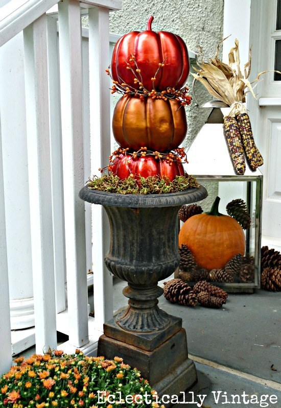 40 lovely thanksgiving porch decor ideas to add beauty to Fall outdoor decorating with pumpkins