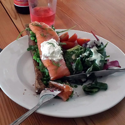 Open sandwich with salmon and peas. Oh yes.