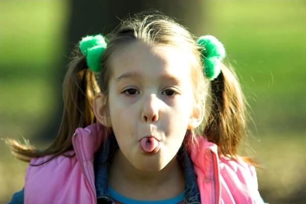 niña sacando la lengua