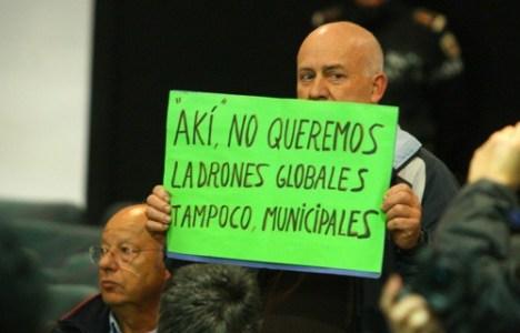 Un ciudadano protesta en el Pleno (César Sánchez)
