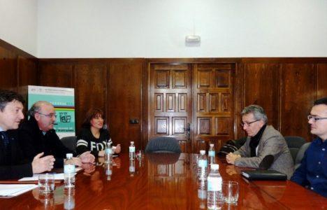 Reunión del grupo de gobierno y la directiva de la empresa en el Ayuntamiento